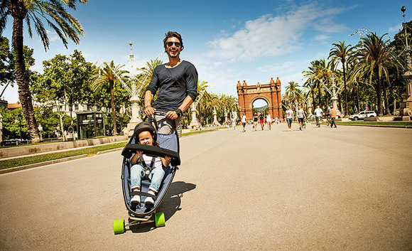 Longboard Kinderwagen Vater Kind cruisen