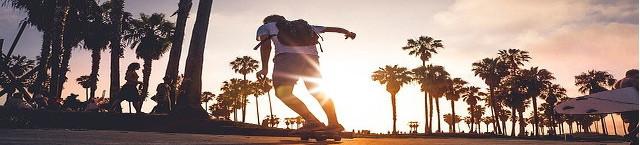 Longboard fahren am Strand