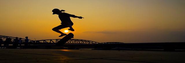 Longboard Tricks bei Sonnenuntergang