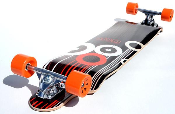 Atom Drop Down Longboard Unterseite des Decks mit schwarz-orangem Design und orangen Rollen