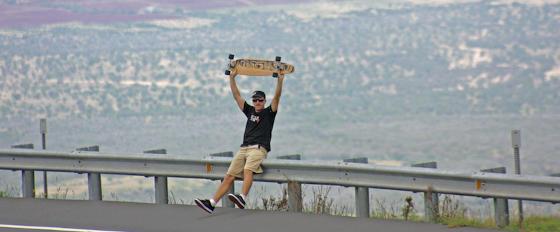 Mike Jucker mit dem Makaha Longboard und Meer im Hintergrund