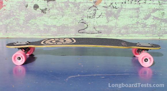 Das BTFL Polly Longboard im Skatepark