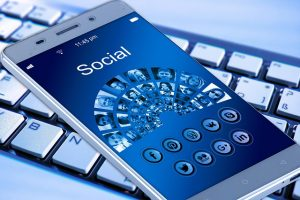 Smartpohne mit Social Media Screen