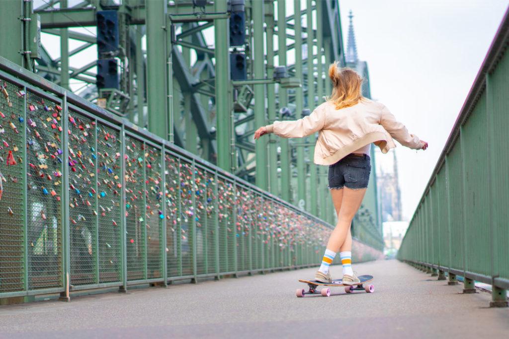 Frau tanzt auf BTFL Longboard